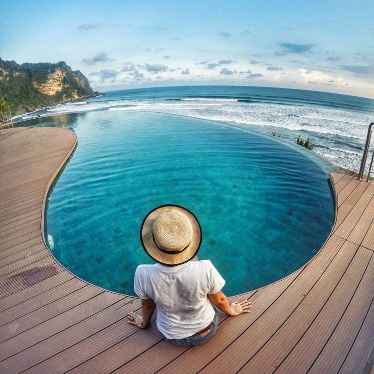 Berenang sambil memandangi indahnya pantai