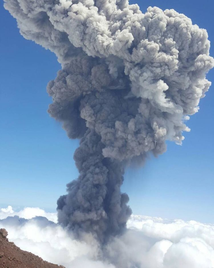 Abu Vulkanik yang menyembur dari puncak Barujari 1 Agustus kemarin