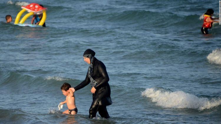 Muslimah berburkini di pantai
