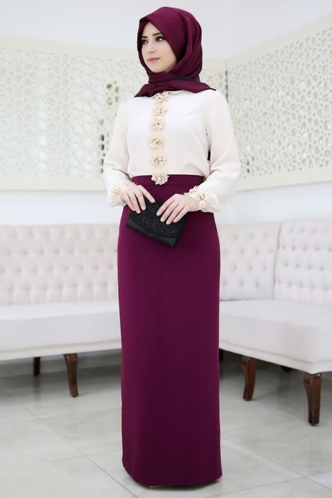 Warna rok pensil yang ungu polos menyatu dengan baju putih