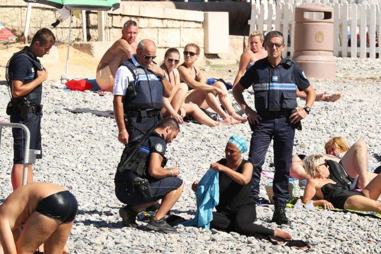 Polisi meminta Siam melepaskan burkininya