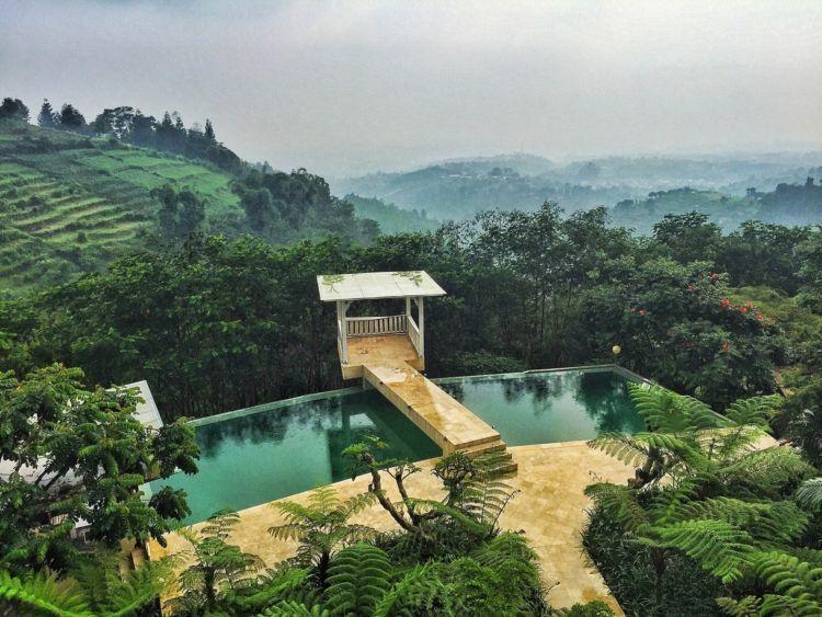 Berenang dengan bukit-bukit hijau disekitar? Amazing!