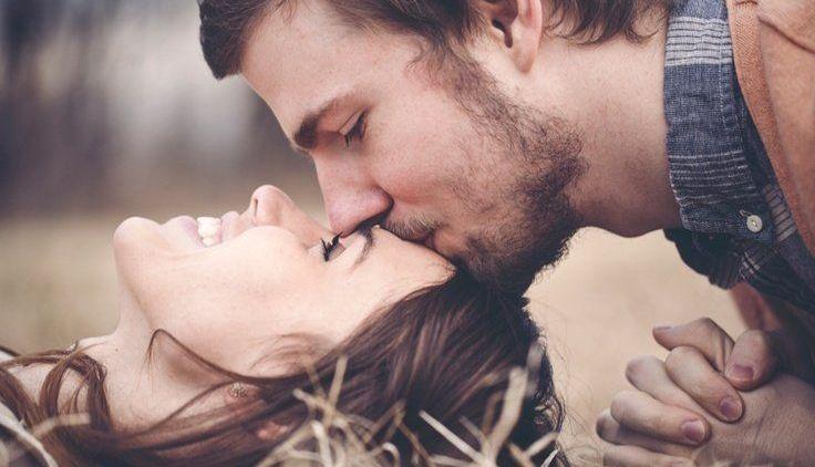 Penuh Makna 6 Alasan Pasangan Mencium Dahimu
