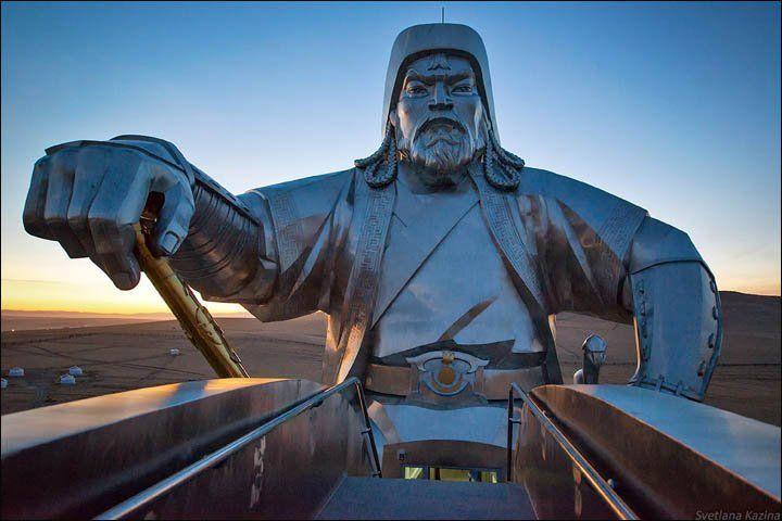 Patung raksasa Genghis Khan (40 meter) di Tsonjin Boldog.