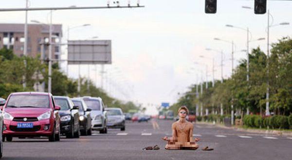 meditasi sih meditasi, nggak bikin kacau jalan raya juga kali