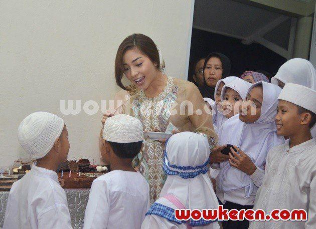 merayakan ulang tahun bersama anak-anak panti asuhan