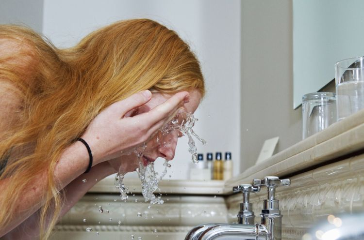 basuh atau kompres dengan air hangat