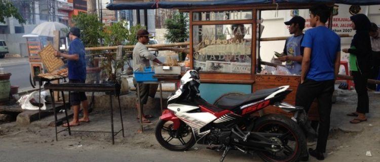 Sate Ayam Barokah H. Basiri misalnya, yang cukup tenar di Jakarta.