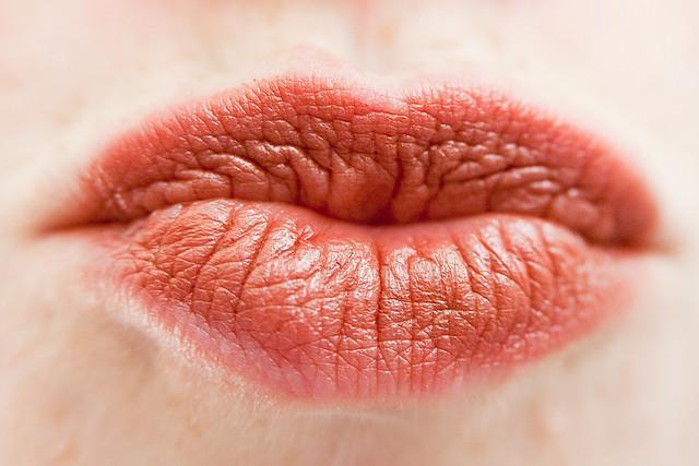 memonyongkan bibir