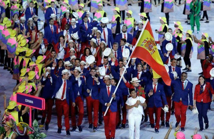 rafael nadal di depan barisan peserta spanyol