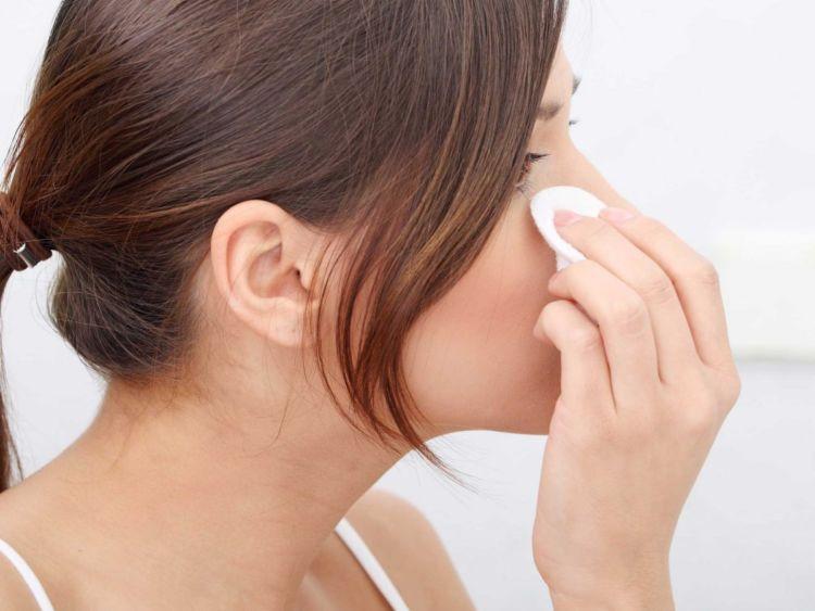 bersihkan kotoran mata dengan kapas