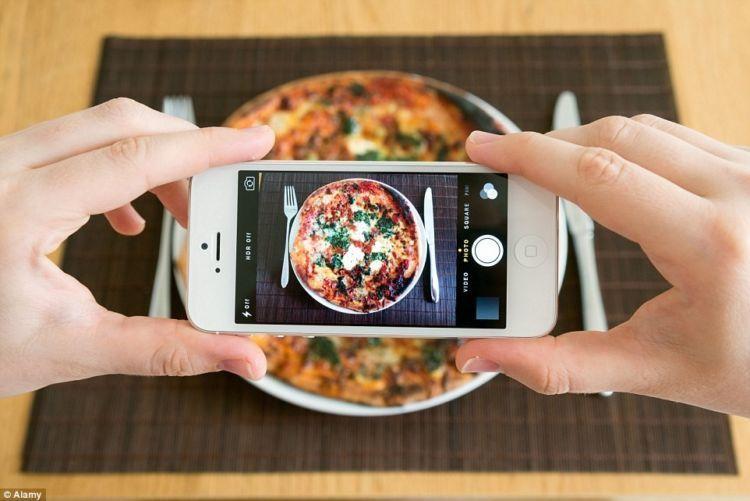 Bahkan masih bisa mengupload makanan ke media sosial.