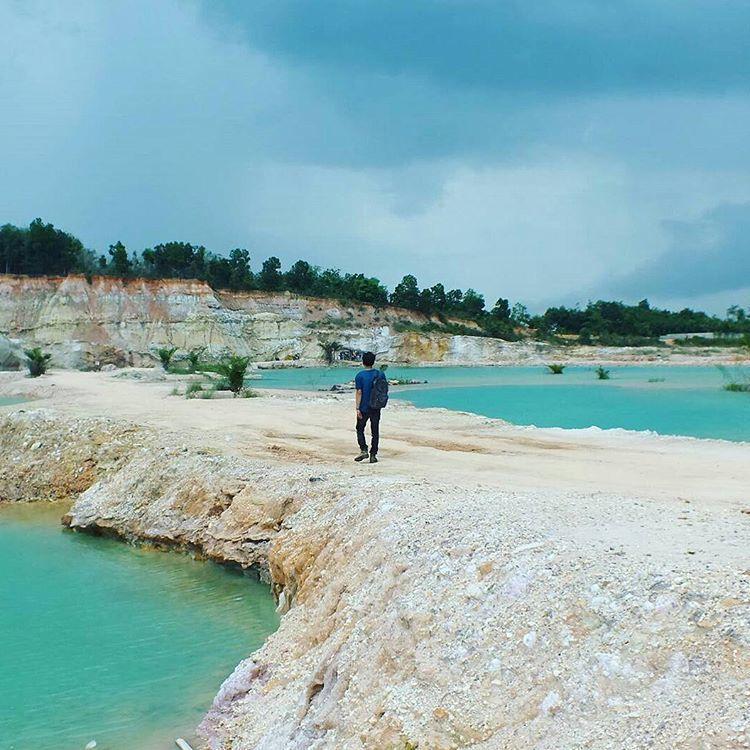 Batuan kapur dan danau birunya yang memingkat