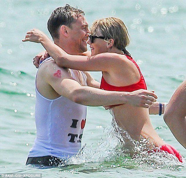 """ada tanda """"love"""" yang digambar sendiri sama Taylor Swift ;))"""
