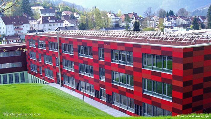 Suhu hangat di bangunan sekolah ini berasal dari panas gedung itu sendiri dan panas bumi.