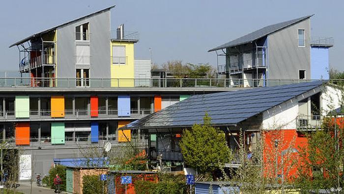 Perumahan khusus yang menggunakan tenaga surya sebagai sumber energi.