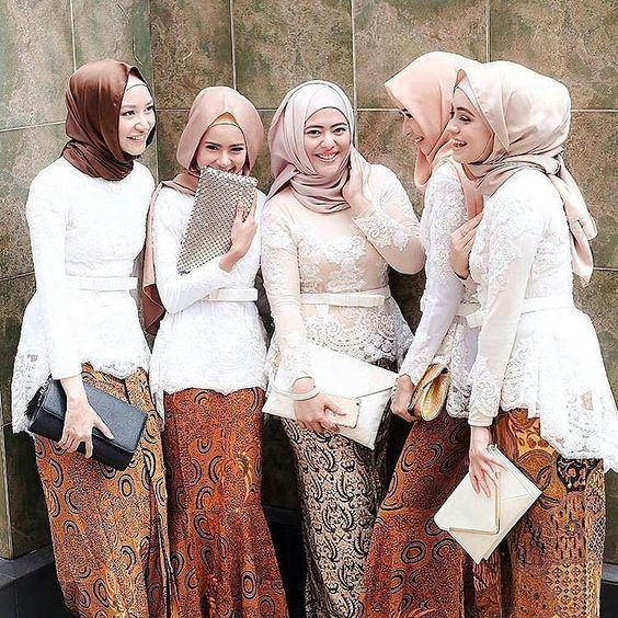 10 inspirasi gaun kebaya bridesmaid berhijab sopan dan