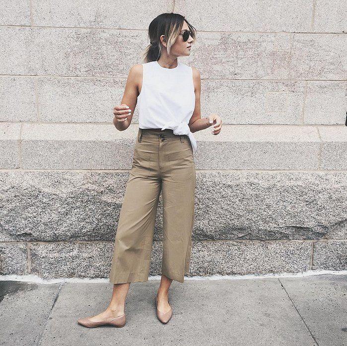 Warna flats dan celana yang senada dapat memberi tampilan kaki lebih panjang