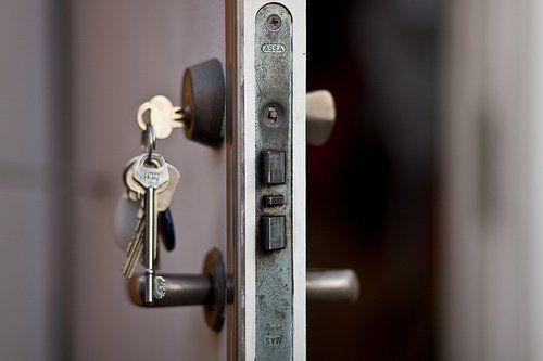 SImpan kuncinya di tempat berbeda