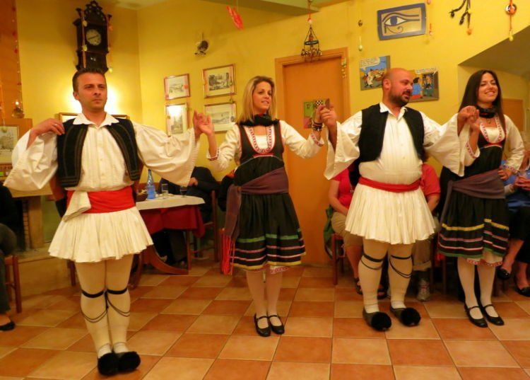 Ini tarian tradisional Yunani. Bukan gaya-gayaan!