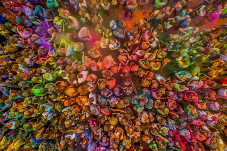 festival warna ini pun nampak semarak dan istimewa