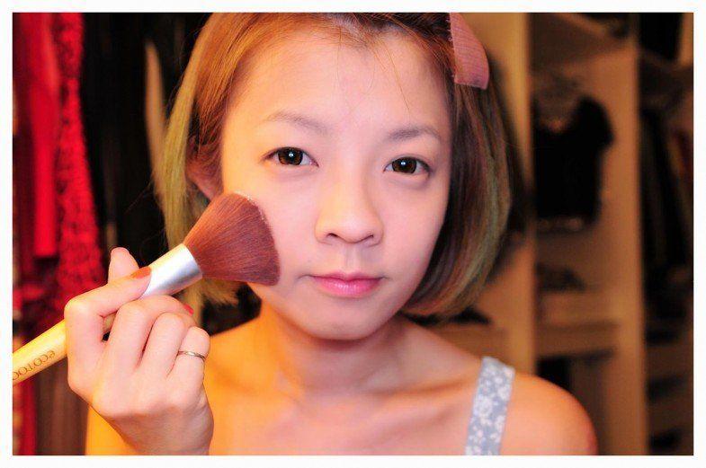 Selesaikan makeup bagian muka tersebut dengan finishing powder atau bedak tabur agar makeupmu tahan lama dan tidak cepat luntur