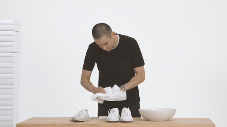 rajin bersihkan sepatu