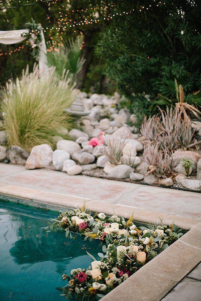 bunga dan lilin di tepian kolam