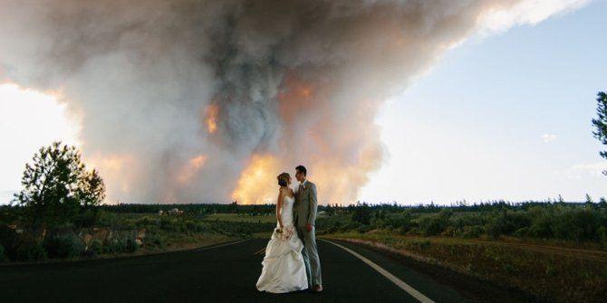 Nih foto prewedding paling dramatis tahun 2014 di Oregon. Ada pemadam kebakaran juga di sana