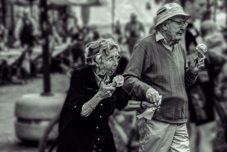 Ayah dan ibu sudah tua