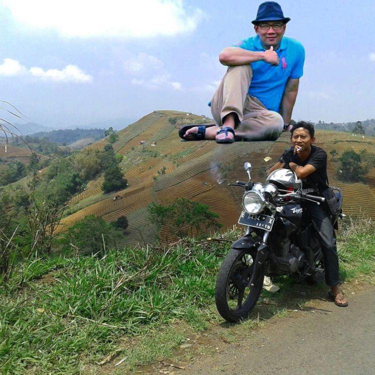 Nggak ngerti lagi kenapa bisa kepikiran pak RK-nya santai di atas bukit :(