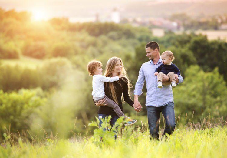Dia bisa mengatur waktu dengan baik; kapan harus kerja, kapan harus q-time bersama keluarga.