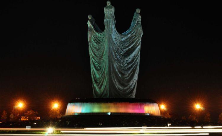 Patung Tiga Mojang. Apanya yang kontroversi coba?