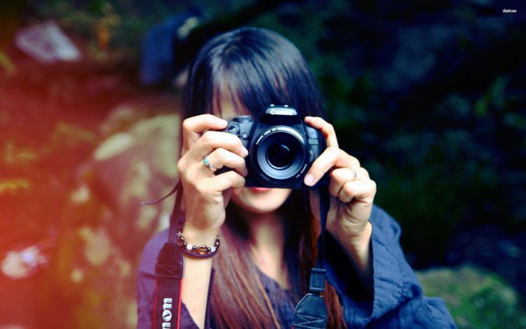 Minta orang lain saja untuk memotret kalian
