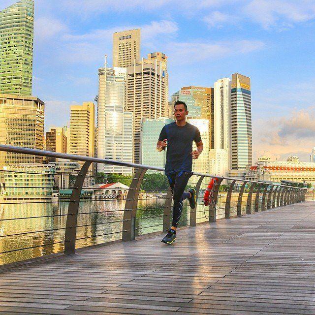 lari-lari di jalanan Singapur dengan baju training