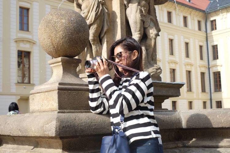 Dian sastro saat memotret keindahan Praha.