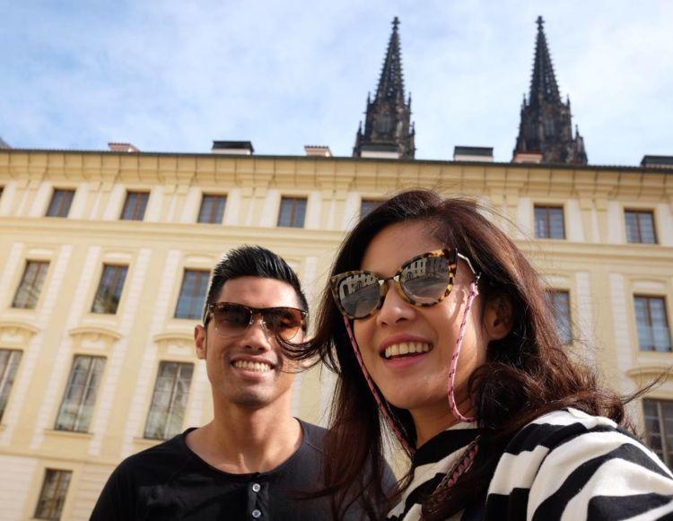 Masih berfoto dengan latar belakang Kastil Praha.