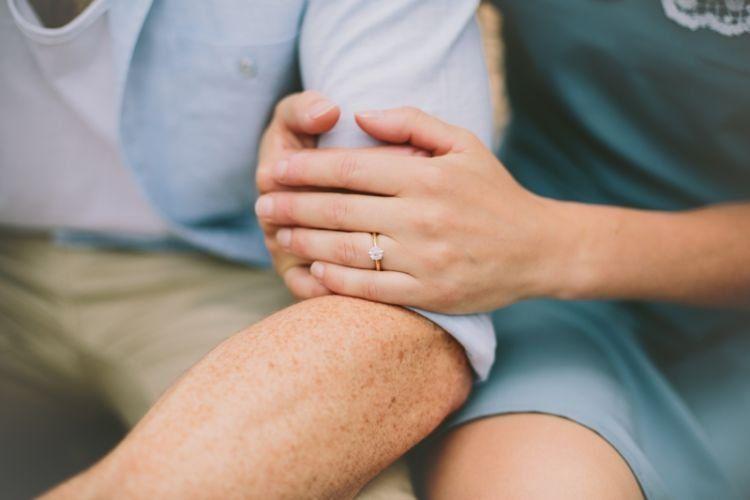 Kemarin dia kasih cincin ke pacarnya lho