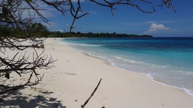 Pantai Waeperang yang perawan
