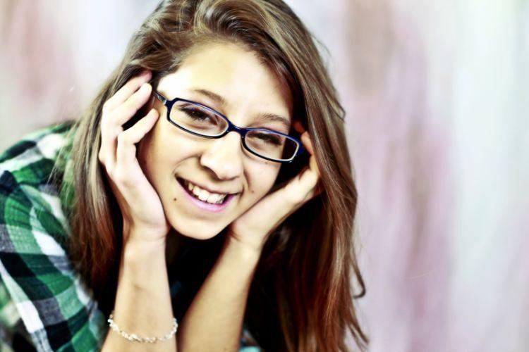 kacamata persegi panjang dengan sudut yang tegas