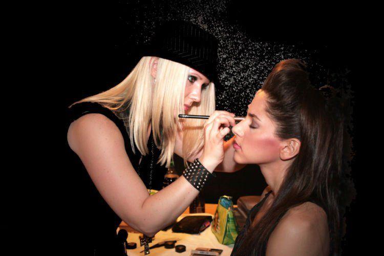 Jago pakai eyeliner saja tak cukup untuk jadi makeup artist