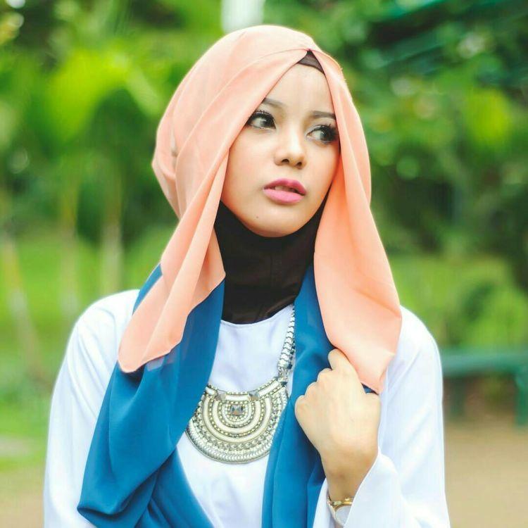 Hijab kombinasi untuk menyamarkan jidat lebarmu