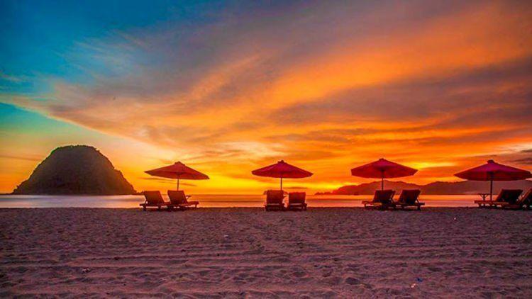 betapa memukaunya sunrise di Pulau Merah