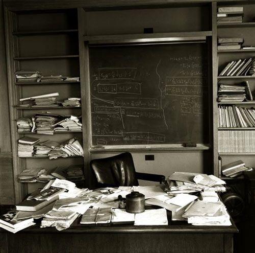 Meja kerja si jenius Einstein.