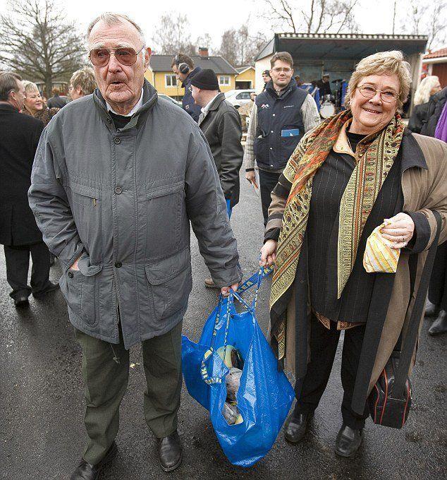 Ingvar Kamprad bersama mendiang istrinya, saat belanja di pasar lokal.