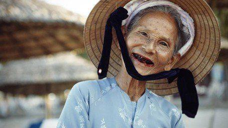 sekarang gigi hitam hanya milik nenek nenek saja, hiks