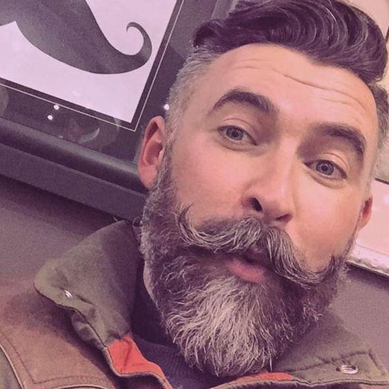 brewok hipster dengan kumis melengkung
