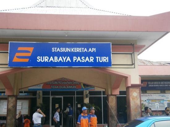 yang ini stasiun Pasar Turi, mandi dan sarapan di sini boleh lho