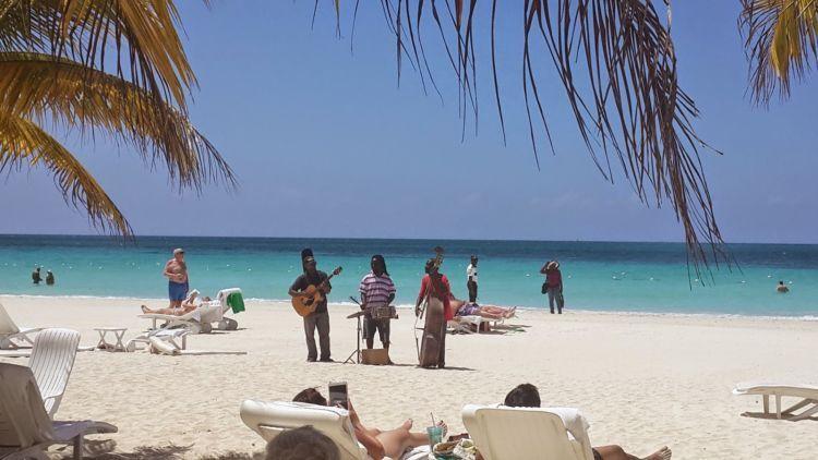 bayangin deh, betapa nikmatnya menikmati musik reggae di pantai, duh~