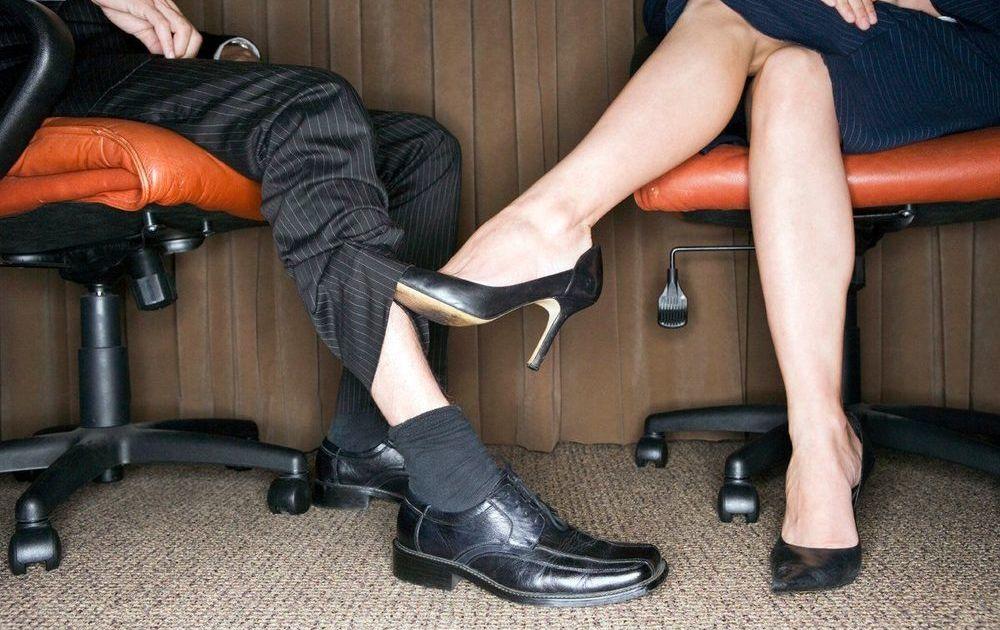 суперзвезды гладить ноги под столом наш сайт